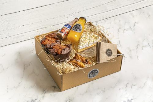 Caja de desayuno con Muffins, tarta, mini croissants, batido de chocolate y zumo de naranja, La Petite Brioche