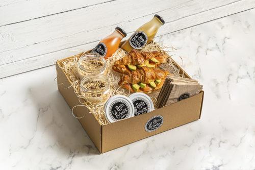 Caja de desayuno/merienda con licuados, yogures y croissants rellenos de aguacate, queso y salmón, La Petite Brioche