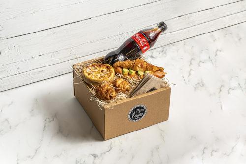 Caja para merendar/desayunar con una Coca-Cola, Croissant relleno de salmón, queso y aguacate, mini quiche y dos mini corissants rellenos de jamón y queso, La Petite Brioche
