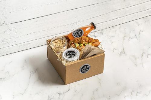 Caja de desayuno/merienda con licuadi, croissant relleno de salmón, queso philadelfia y aguacate y un yogur